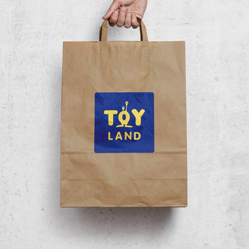 Sac papier kraft avec le logo Toyland, création de Frédérique Hayaux du Tilly, graphiste designer de c com'créa