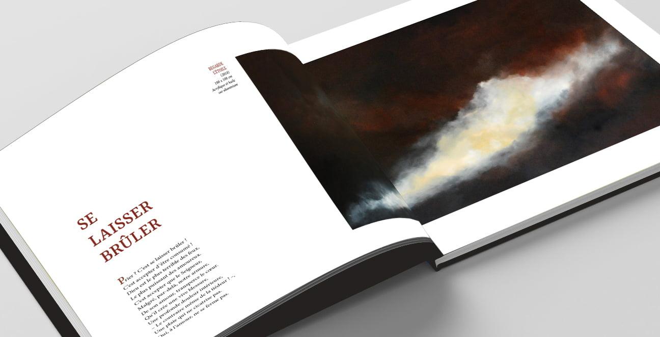 Page du poème se laisser brûler issu du livre Au coeur du Mystère créé par Frédérique Hayaux du Tilly, graphiste designer de c com'créa