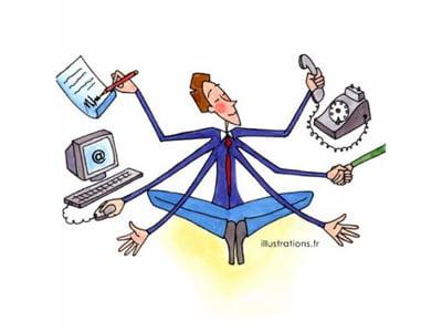 homme faisant un bilan de ses outils de communication digitale pour définir une stratégie digitale par c com'créa
