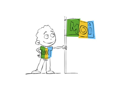 homme avec un panneau MOI indiquant sa différenciation pour définir sa stratégie digitale, définie par c com'créa